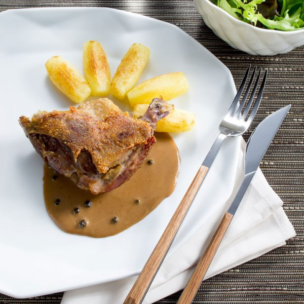 Cuisse de canard confite, sauce au poivre vert - Photographe culinaire Strasbourg 67 Alsace